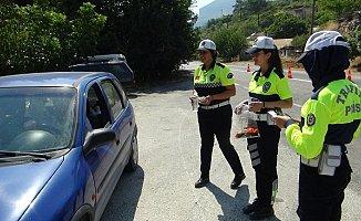 Trafik Polisleri, Ceza Yerine Şeker ve Kolonya İkram Etti