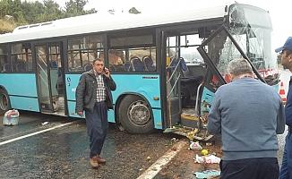 Mersin'de Belediye Otobüsü Yoldan Çıkarak Kayalıklara Çarptı: 20 Yaralı