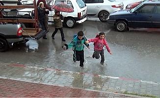 Okul Çıkışı Sağanak Yağmura Tutuldular
