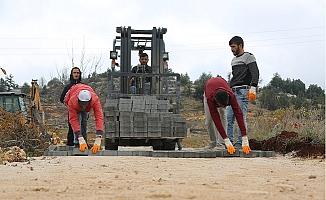 Erdemli'de Parke Yol Çalışmaları Sürüyor