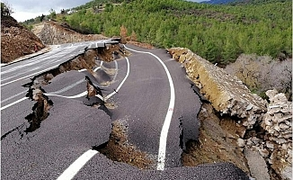 Mersin'de Yol Çöktü