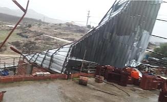 Mersin'de Hortum, Ahırın Çatısını Uçurdu