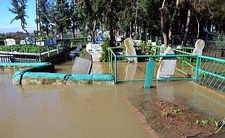 Mezarlıklar Sular Altında Kaldı