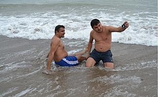 Yeni Yılı Yağmur Altında Denize Girerek Karşıladılar