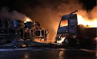 Kamyon Tıra Arkadan Çarptı, İki Araç da Yandı: 2 Ağır Yaralı