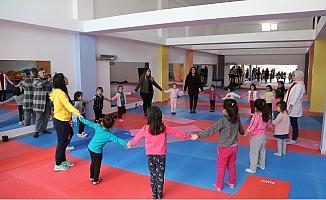 Erdemli'de Danışmanlar Minik Cimnastikçilerle Bir Araya Geldi