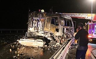 Mersin'de Yanarak Demir Yığınına Dönen TIR'dan Şoför Ucuz Kurtuldu