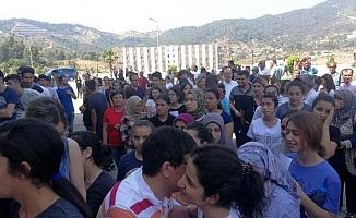Adaylar İçeride, Veliler 30 Derece Sıcakta Ter Döktü