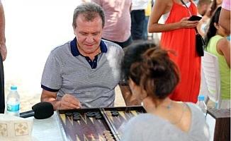 Başkan Seçer Kumsala İndi, Gençlerle Tavla Oynadı