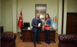 Başkan Bozdoğan, Milli Atlet Nursel Karataş'ı Tebrik Etti.
