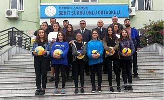 Başkan Seçer, Öğrencilere Spor Malzemesi Gönderdi