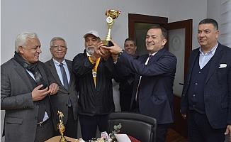 Şampiyonluk Kupasını Başkan Özyiğit'e Takdim Ettiler