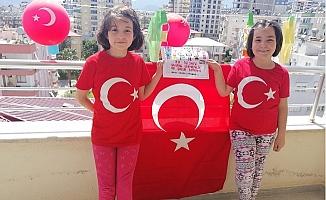 23 Nisan Bayramını Çocuklar Balkondan Kutladı