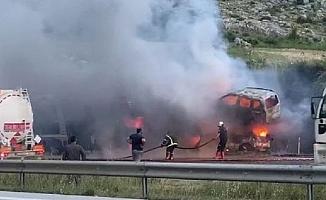 Mersin'de Otomobil Taşıyan TIR Yangında Küle Döndü