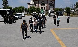Mersin'de Sokak Ortasında Çatışırken Kadının Ölümüne Neden Olan Şüpheliler Adliyede