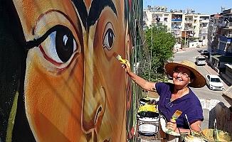 Mersin'de 40 Derece Sıcakta 'Frida Kahlo'nun Eserini Resmediyor