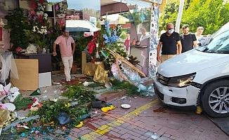 Mersin'de Otomobilin Çiçekçi Dükkanına Girdi.