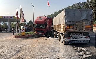 Kamyona Çarpan Tırın Sürücüsü Öldü