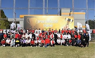 Başarılı Sporcu ve Antrenörlere 570 TL Ödül Verildi.