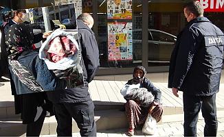 Soğukta Tir Tir Titreyen 10 Günlük Bebeğiyle Dilenirken Yakalandı.