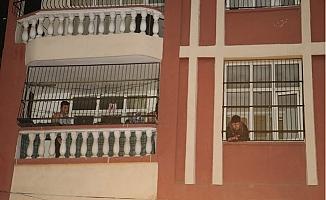Evdeki Odunluk Alev Alınca Balkonuna Çıkarak Kurtarılmayı Bekledi