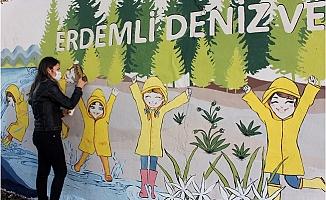 Şengül Öğretmen Çocuklar İçin Duvarları Renklendiriyor
