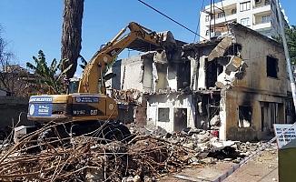 Akdeniz Belediyesi Metruk Binayı Kontrollü Yıktı.