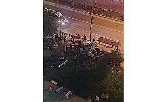 Mersin'de Feci Kaza...Seyir Halindeki Otomobil Durağa Daldı