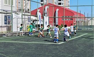 """Yıldızlar """"Bahar Futbol Turnuvası'nda"""" Miniklerle Buluştu"""