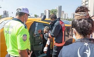 Mersin'de Devrilen Taksi 'de Şoför Ön Camdan Çıkartıldı.