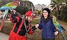 3 Papağanıyla Dolaşıp, Hayvan Sevgisini Anlatıyor