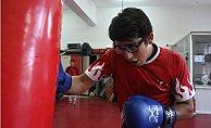 Rakiplerinin Gözlüklü Diye Dalga Geçtiği Mizan, 2 Yıldır Yenilmiyor