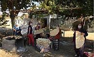 Mersinli Kadınlar İmece Usulü Kışlık Ekmeklerini Pişiriyor