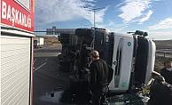 Otoyolda Sunta Yüklü TIR Devrildi, Sürücü Yaralandı