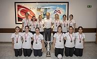 1.Lige Yükselen Kadın Hentbol Takımından Başkan Seçer'e Ziyaret