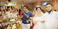 Adana'da Düğünde Pasta Yerine 'Çiğ Köfte' Kestiler