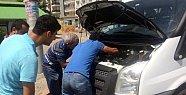 Minibüsün Motor Kısmına Sıkışan Yavru Kediyi Tamirciler Kurtardı