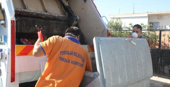 Toroslar Belediyesi, Çöp Konteynerlerini Yıkayarak, Dezenfekte Ediyor