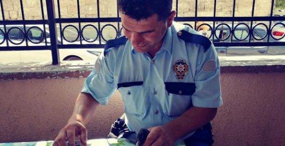 Yaralı Güvercine Polis Şefkati