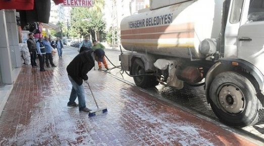 Yenişehir Belediyesi Yolları Köpüklü Suyla Yıkıyor
